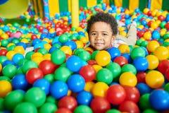 使用在Ballpit的逗人喜爱的小男孩 库存图片