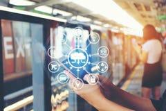 使用在BTS天空火车的妇女一个智能手机在曼谷背景, 免版税库存图片