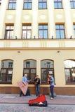 使用在Hrodna街道上的街道音乐家  库存照片