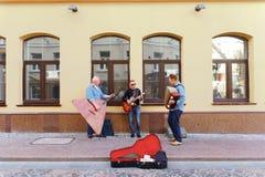 使用在Hrodna街道上的街道音乐家  免版税图库摄影