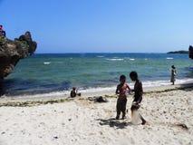 使用在theShore的孩子在印度洋蒙巴萨 图库摄影