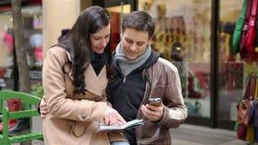 使用地图和智能手机的游人在城市 影视素材