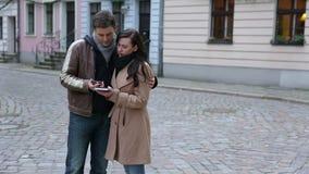 使用地图的夫妇和智能手机在城市 影视素材