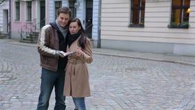 使用城市地图的愉快的游人夫妇 股票录像
