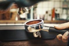 使用堵塞器, Barista按碾碎的咖啡 库存图片