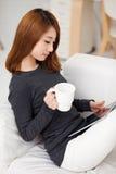 使用填充个人计算机的新亚裔妇女 免版税库存照片