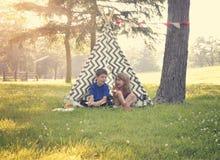 使用外面在夏天帐篷的孩子 免版税库存图片