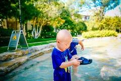 使用外面在小河的幼儿 库存图片