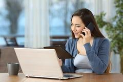 使用多个设备的妇女和在家叫 免版税图库摄影