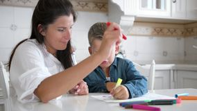 使用多彩多姿的毡尖的笔,妈妈和儿子在一起纸的凹道图象 股票视频