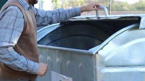 使用大型垃圾桶 影视素材