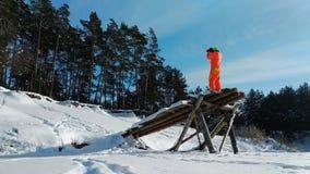 使用奇怪的木建筑的摄影师为拍摄 影视素材