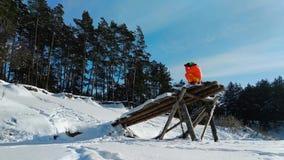 使用奇怪的木建筑的摄影师为拍摄 股票录像