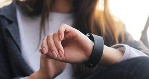 使用她巧妙的手表设备的妇女女孩 特写镜头手 Smartwatch 4K UHD 2160p英尺长度4k通知 股票视频