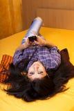 使用她巧妙的电话的一个美丽的十几岁的女孩的特写镜头画象 库存照片