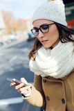使用她的在公共汽车的年轻美丽的妇女手机 免版税图库摄影