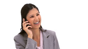 使用她的手机的微笑的深色的妇女 免版税库存图片