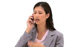 使用她的手机的深色的妇女 免版税图库摄影