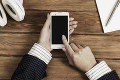 使用她的智能手机的女实业家 免版税库存照片