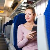旅行乘火车的少妇 免版税库存图片