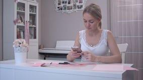 使用她的电话的少妇,当删去纸蝴蝶时 股票视频