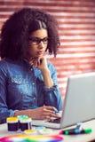 使用她的膝上型计算机的偶然女实业家 免版税库存图片