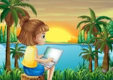 使用她的膝上型计算机的女孩在河附近 免版税图库摄影