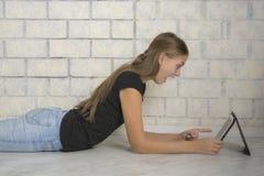 使用她的膝上型计算机的女孩 库存照片
