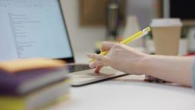 使用她的膝上型计算机的年轻女人做她的家庭作业 影视素材
