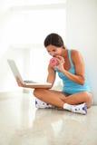 使用她的膝上型计算机的微笑的妇女为聊天 库存图片