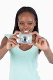 使用她的digi凸轮的微笑的少妇 免版税库存图片