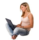 使用妇女年轻人的白肤金发的膝上型计算机 库存图片
