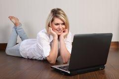 使用妇女年轻人的美丽的家庭互联网 库存照片