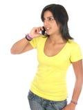 使用妇女年轻人的美丽的移动电话 免版税库存图片