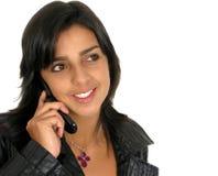 使用妇女年轻人的美丽的移动电话 免版税库存照片