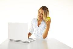 使用妇女年轻人的美丽的膝上型计算&# 免版税库存图片