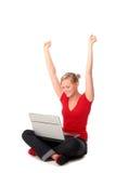 使用妇女年轻人的膝上型计算机 免版税库存照片