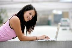 使用妇女年轻人的膝上型计算机 图库摄影