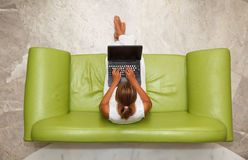 使用妇女年轻人的膝上型计算机 免版税库存图片