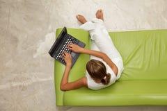 使用妇女年轻人的膝上型计算机 库存图片