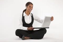 使用妇女年轻人的蓝色膝上型计算机&# 免版税库存照片