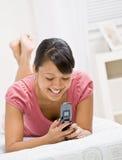 使用妇女年轻人的celular电话 免版税库存图片