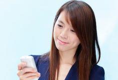 使用妇女的亚洲移动电话 免版税库存照片