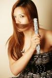 使用妇女的亚洲头发直挺器 库存照片