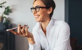 使用妇女的企业移动电话 库存图片