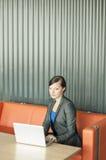 使用妇女的企业膝上型计算机 图库摄影
