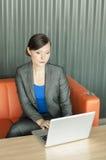 使用妇女的企业膝上型计算机 库存图片