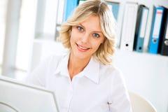 使用妇女的企业计算机办公室 图库摄影