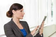 使用妇女的企业计算机片剂 免版税库存照片