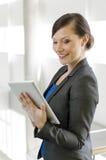 使用妇女的企业计算机片剂 免版税库存图片